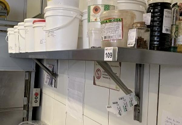 PRATELEIRA DE INOX COM FIXAÇÃO ATRAVES DE MÃO FRANCESA FABRICADA PELA FRITOMAQ - 1,80MTS LARGURA, 0,05 ESPESSURA, 0,35MTS PROFUNDIDADE