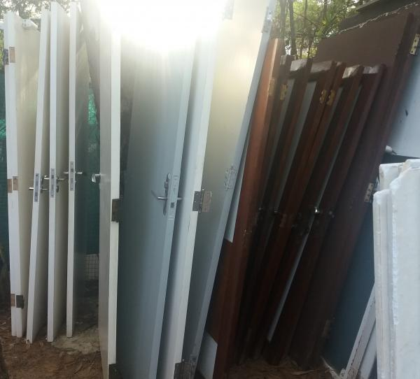 20 portas de madeira com medidas diversas