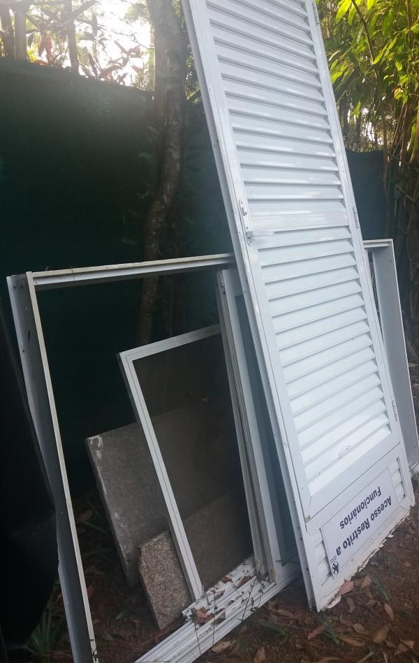 01 porta e 01 janela de alumínio branco