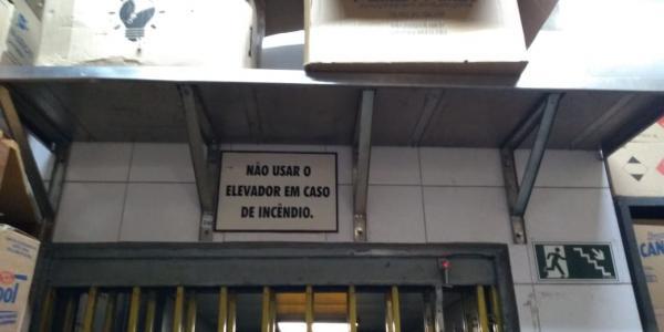 PRATELEIRA FABRICADA EM INOX FRITOMAQ FIXADA COM MÃO FRANCESA 2,00MTS LARGURA, 0,05MTS ESPESSURA